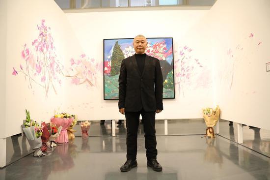 艺术家王克举在展览现场