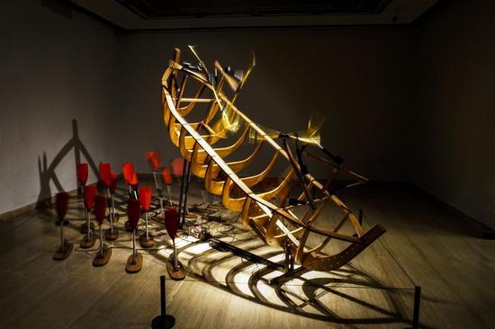 张沐辰 《船 · 桨》 尺寸可变 木材、 电机、 桨 2016年