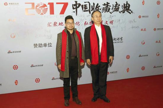 中国国家博物馆艺术品鉴定中心主任岳峰(右)、中外珐琅美术馆馆长朱景优(左)签名墙前合影留念