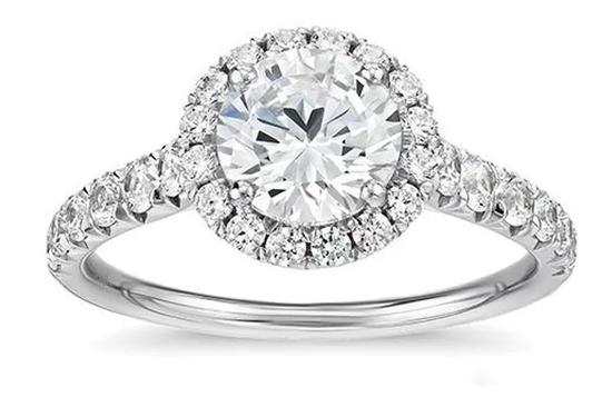 米粒钻石让整个钻石戒指看起来更大   钻石主石重约1.0克拉   钻石配石共重约0.50克拉   照片:Blue Nile
