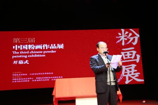 江苏省文联副主席、书记处书记、党组成员王建 上台宣读展览前60名入选名单