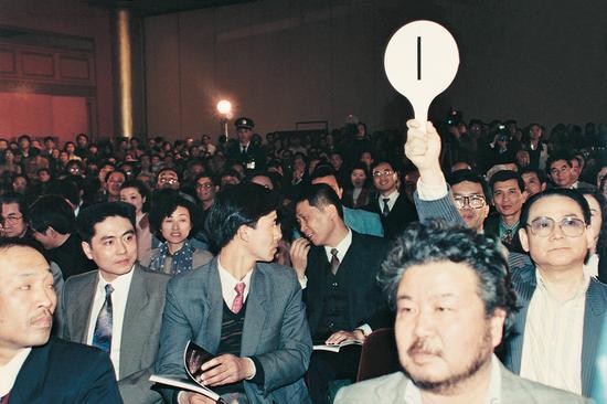 """1994 年嘉德首拍张宗宪与马未都""""同框""""。"""