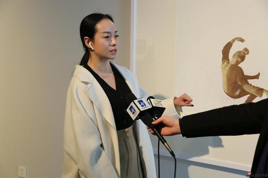 青年版画家代表刘林格接受媒体采访