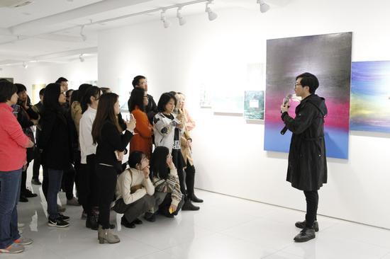 艺术家王海龙为观众讲解作品