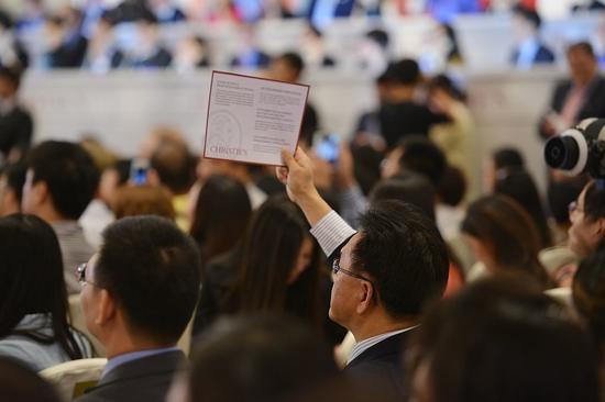 2013年9月26日,上海首场佳士得拍卖上,一位竞拍者举起手中的牌子。图片:Courtesy Peter Parks/AFP/Getty Images