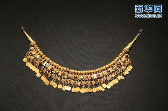 嵌宝石金项链。俞全威 摄