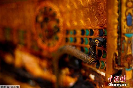 黄金战车上的毒蛇雕塑