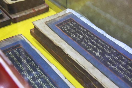 大师收藏的藏传佛教的佛经。