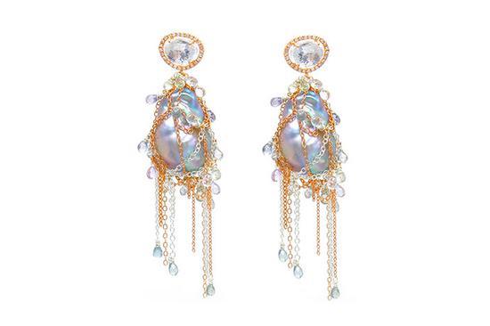 这些巴洛克淡水珍珠的周围以纯银和玫瑰金链装饰,看上去就像刚从一搜古船上打捞上来。