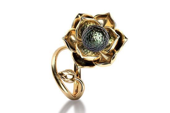 刻面大溪地养殖珍珠依偎在莲花绽放的花瓣之中,象征着纯洁的心灵。