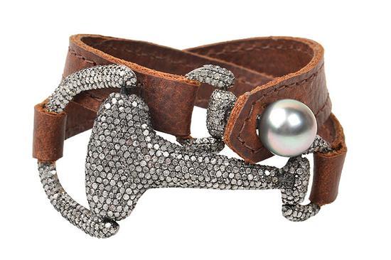 大溪地养殖珍珠、钻石 … 还有皮革?这种不同寻常的组合打造出质朴的外观,可作为颈链或手镯佩戴。