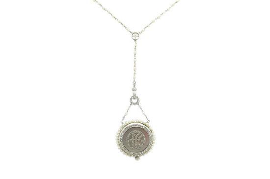 这款永恒的爱德华时代钻石和珍珠吊坠表项链背面以缩写字母装饰。