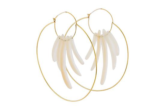 这些 18K 黄金环形大耳环摇曳着珠母贝手指型装饰。