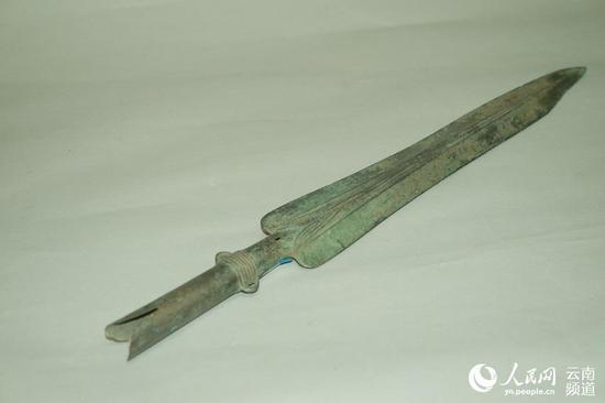 群众发现并上交的文物铜矛(供图)