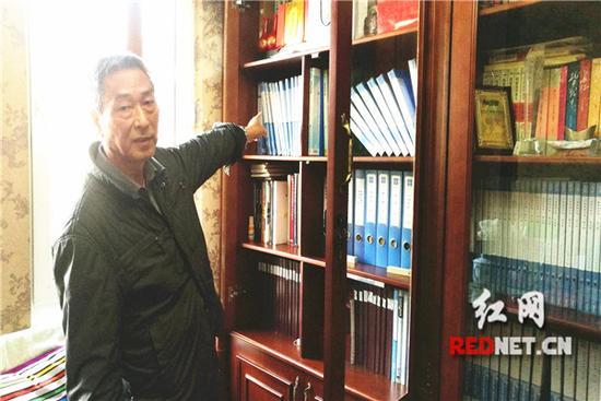 徐芦萌的车票收藏夹放了满满一书柜。