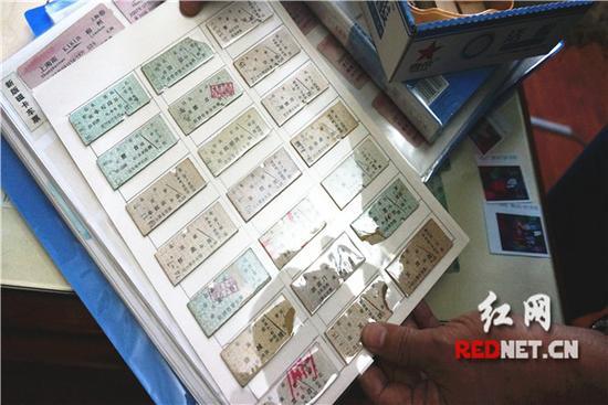 徐芦萌收藏的火车票都整整齐齐码粘在透明收藏夹里,正反两面皆可看见。