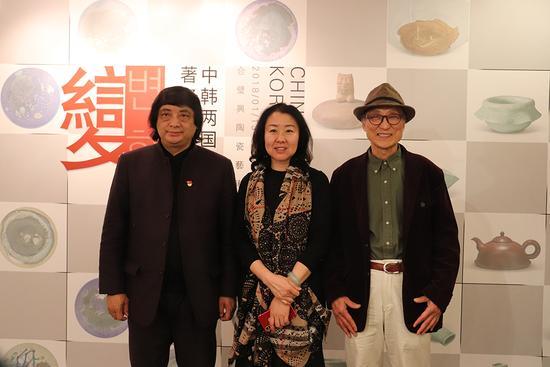 中韩两国著名教授与北京合璧兴陶瓷艺术馆总经理翁利女士合影