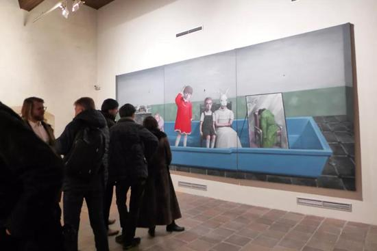 展览现场:张晓刚作品《浴缸》