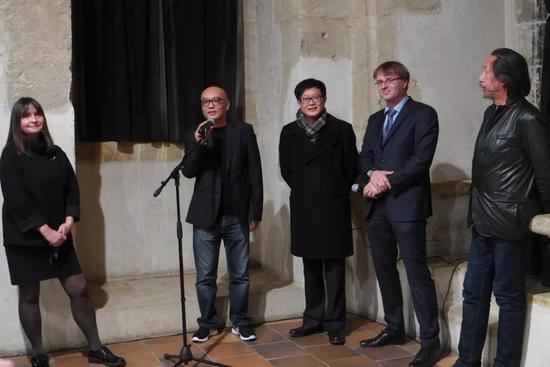 参展艺术家张晓刚开幕发言(左起:布拉格市美术馆馆长、张晓刚、吕澎、翻译、王广义)