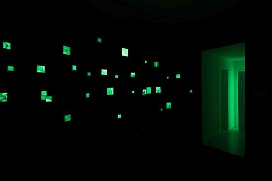 《剩余物-留光显影》 混合媒介装置(感光图像、感光空间、金属支架、压克力、UV光) 尺寸可变 留下空间/2017