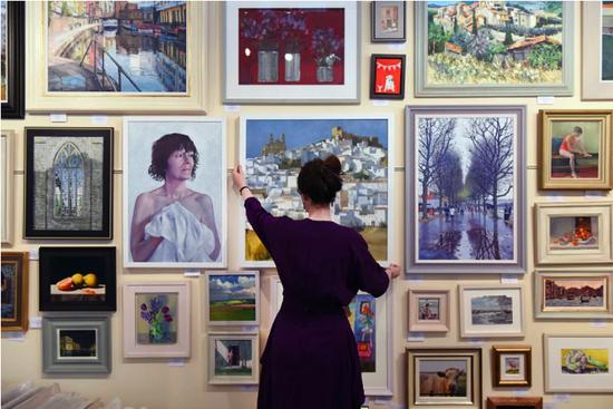 滑铁卢Llewellyn Alexander画廊展览上的一位画廊助理。图片:Mary Turner/Getty Images