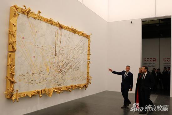 1月9日,法国总统马克龙和妻子在北京尤伦斯看展览