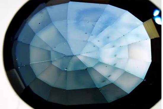 图1、样品的亭部观察到的刻面棱效应(颜色在刻面棱富集),视野:9.61毫米