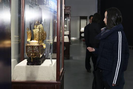 现场观众驻足欣赏中国赠送英国女王国礼《友谊之船》