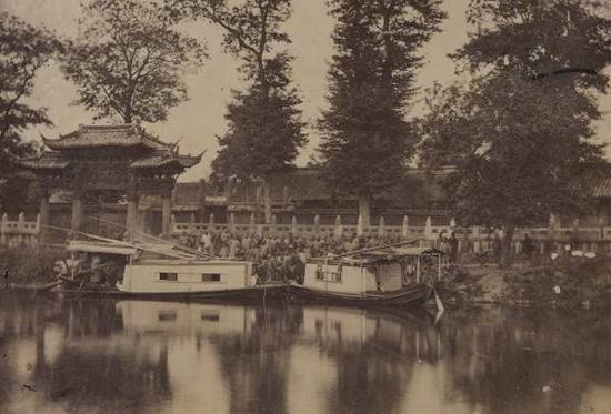 1870年代,西方摄影师拍摄的《靠岸》,记录了当年船只停靠孔庙前汇龙潭边,人们迎接客人的情景。