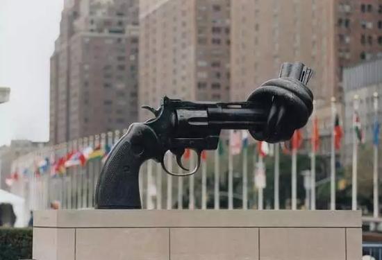 Carl Fredrik Reuterswrd的《Knotted Gun》雕塑作品