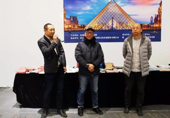 从左至右依次为羽呈文化创始人于飞,法国国家博物馆联盟中国区域首席代表、法国卢浮宫艺术珍品中国巡展总策展人李楠,圣之空间负责人、画廊协会监事林松