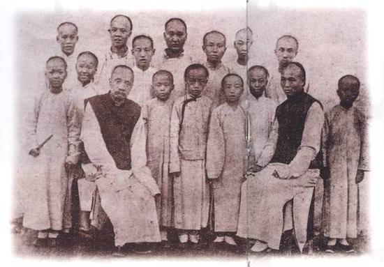 1899年,黄世荣创办的英文书塾师生合影,是第一张以嘉定人为主题的摄影作品。