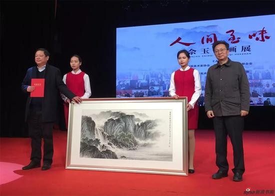 佘玉奇先生向江苏省文联捐赠作品,省文联副主席、书记处书记、党组成员刘旭东接受捐赠并颁发收藏证书。