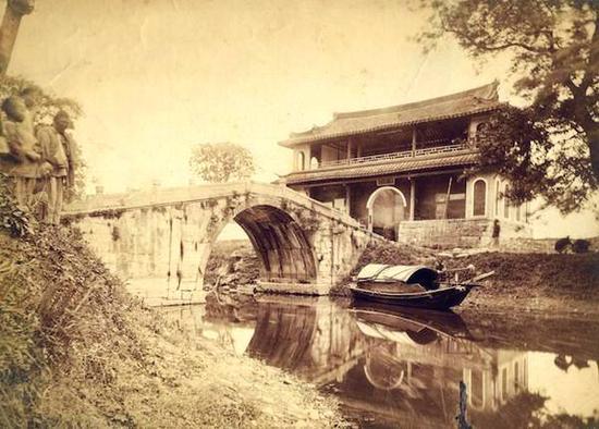 869年秋,英国人约翰·汤姆逊(John Thomson)拍摄的《嘉定孔庙宾兴桥与文昌阁》。