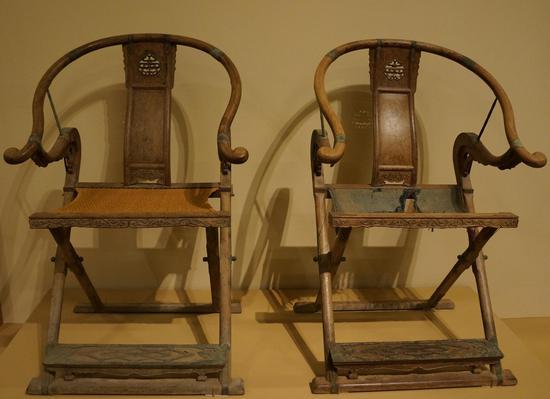 中国国家博物馆大美木艺展厅中一对黄花梨交椅 左侧椅软屉由李静修复