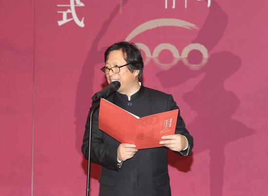 江苏省美术馆馆长、江苏省美协副主席、苏州市美协主席徐惠泉介绍出席开幕式嘉宾