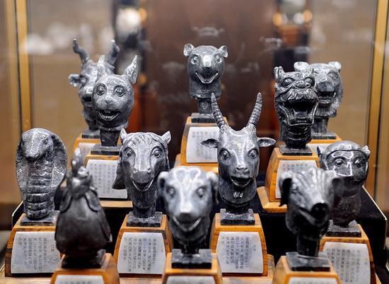 仿圆明园12生肖铜首,并记载相关铜首现阶段的收藏之地,翡翠原料为干青种