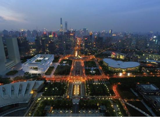 和相邻的东方艺术中心、上海科技馆相比,规整的外形赋予了上博东馆另一种独特性