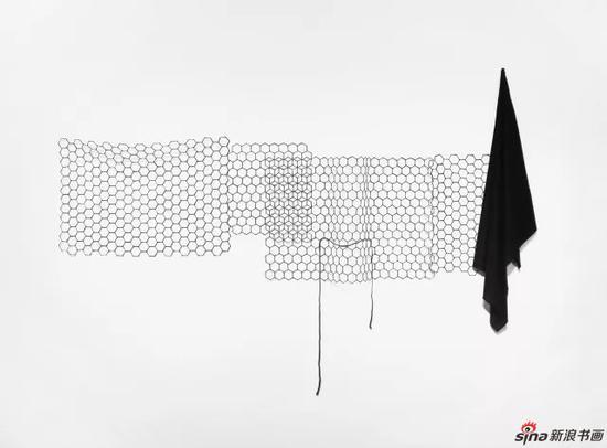 任倢 建筑的形式 2016 织物、可容塑胶、弹力线 200x135x11cm