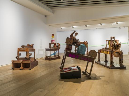 王迈《西天取经NO.2》尺寸可变  核桃管 、PVC管 、798旧木模、 游戏机、木台、工具桌  2012-2014 年