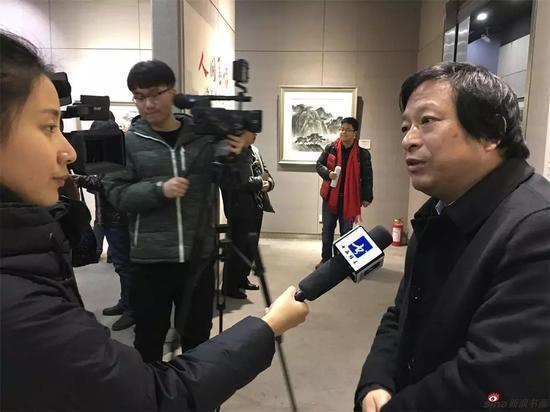 省美术馆馆长徐惠泉接受媒体采访