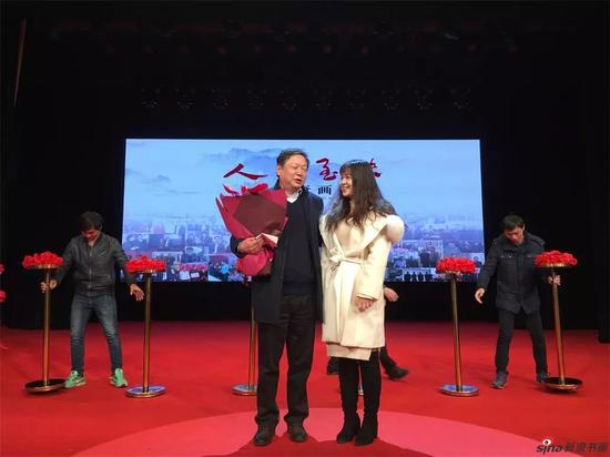 佘玉奇先生的女儿上台献花