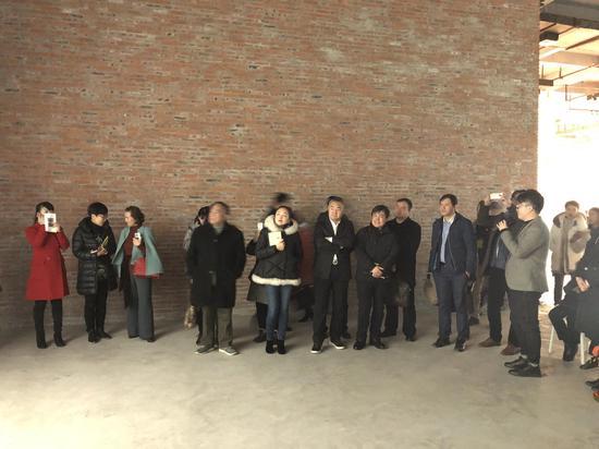 白盒子艺术馆副馆长曹茂超为观众介绍展览