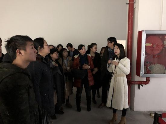 艺术家易雨潇介绍自己的作品