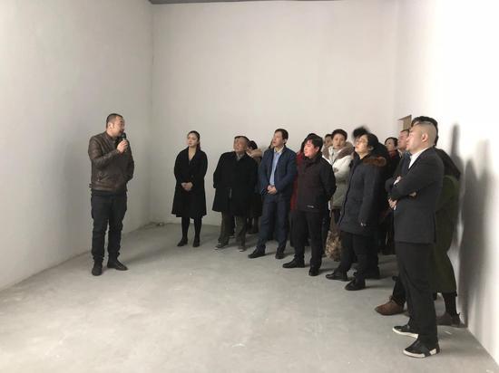艺术家张文荣介绍自己的作品