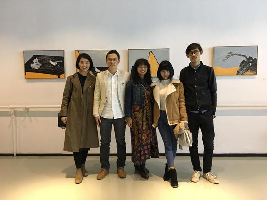 艺术家钟小明(左二)与嘉宾合影