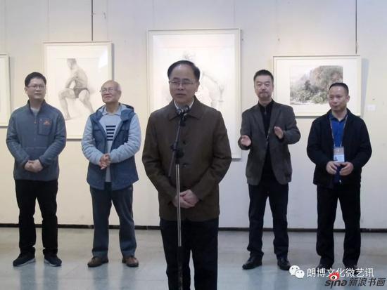 广西艺术学院党委常委、副校长陈应鑫宣布画展开幕