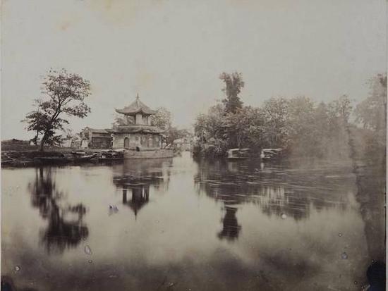 1870年代,西方摄影师拍摄的《嘉定魁星阁》,记录了当年嘉定孔庙前汇龙潭、应奎山与魁星阁的景象。