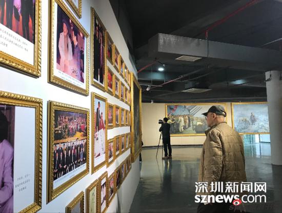 80岁的王老在看画展