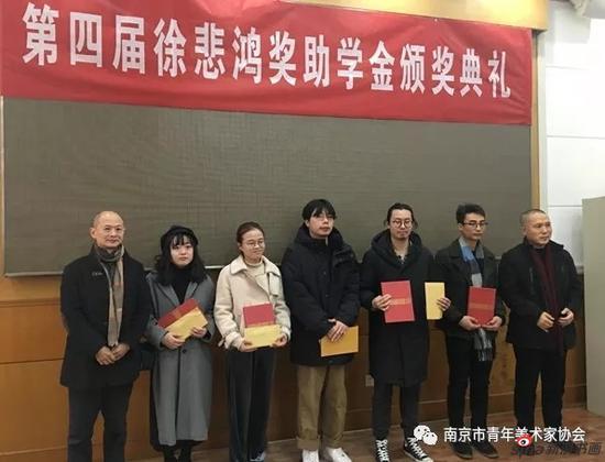 毕宝祥、周京新为获奖同学颁发证书及奖金